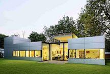 Cubos modulares con amplias cristaleras / La vivienda modular diseñada por Schossing Architects se forma a partir de una serie de estructuras conectadas entre sí a nivel de una planta.  Su simplicidad, elegancia y las amplias cristaleras hacen que esta casa de una percepción de espacio mayor.