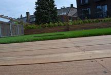 Dakterras Den Bosch / Centrum Den Bosch, geen tuin maar wel een mega dak. Oplossing: terras van 130m2. Renoparts maakt het! Een dergelijk groot vlak moet uiteraard wel gebroken worden. Kunstgras en een forse borderbak maken dit terras tot de perfecte verblijfplaats.  #kunstgras #dakterras #borderbak #hardhout #klaarvoordezomervan2016