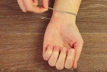 armbandje omdoen met behulp van een paperclip