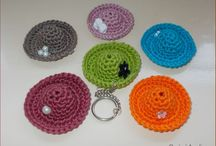 Kulcstartó és táskadekor / Horgolt dekor kulcstartóra, táskára, ajándék mellé...horgolt táskák, mobil tokok...