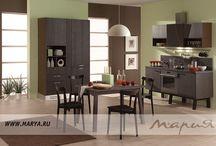 Mambo / Благодаря фактурным фасадам гарнитура Mambo, выполненным из ДСП, облицованной шпоном дуба, от гарнитура исходит необычайное тепло и естественность, которые сделают атмосферу кухни комфортной и уютной. Прогрессивное техническое оснащение кухни Mambo максимально позаботится о вас: бесшумные выдвижные системы с доводчиками, вместительные ящики, разделенные на секции, и новейшая встраиваемая техника — все это разработано для вашего комфорта.  Материал фасада: шпон дуба Покрытие / Обработка: морилка