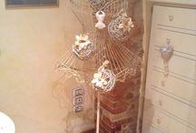 AnnaPla / Manichino del '900 decorato con palle di legno intrecciato e fiori