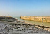 Normandie I Seine-Maritime / La Seine-Maritime est un département de la région Normandie qui est rattaché à l'académie et à la cour d'appel de Rouen et à la région militaire de Paris. Le pays de Bray, pays de Caux, le département de Seine-Maritime est une région agricole ainsi que d'élevage bovin. Il est formé de dépressions argileuses, plateaux crayeux où les fréquents placages limoneux permettent les cultures céréalières Le littoral de la Seine-Maritime est un littoral jalonné de ports, de villes côtières et de stations balnéaires (Dieppe, Fécamp, Le Tréport).