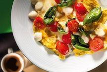 Омлеты / Омлет нельзя пожарить, не разбив яиц. В общем, это самый точный и исчерпывающий совет, который может быть дан в этом случае. Все остальное в омлетах - вопрос авторского произвола. Добавлять или не добавлять воду в молоко, жарить на оливковом или сливочном масле, класть сыр эмменталь или сыр моцареллу - решаете только вы и содержимое вашего холодильника.