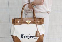【1métre carrè(アンメートルキャレ)】FB50086 / 【1métre carrè(アンメートルキャレ)】ゴールドの鏡面金具が映えるトートバッグ。 フランス語をプリントしたデザインがお洒落です♪