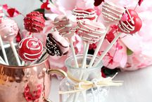 Valentine's cake pops / Would you like to try to make these beautiful Valentine's cake pops? Go to https://juliarecipes.com/2018/02/02/valentines-cake-pops-recipe/ to see the recipe.