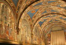 Сиена. Музей госпиталя Санта-Мария-делла-Скала (Complesso museale di Santa Maria della Scala) / Центральной точкой музейного маршрута является Зал пилигримов, построенный в середине 14 века и расписанный почти столетие спустя художниками Доменико ди Бартоло, Веккьетта и Приамо делла Кверча. Грандиозный фресковый цикл, отличающийся большой оригинальностью, представляет историю и функции учреждения, а также повседневную жизнь его обитателей.