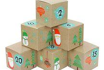 DIY Adventskalender Kisten zum befüllen - auf Amazon / In diesen DIY Sets, bestehend aus 24 Adventskalender Kisten zum selber befüllen und 24 Zahlen Aufklebern, ist alles enthalten was du zur Gestaltung deines ganz persönlichen Adventskalenders brauchst. Die 24 Kisten werden fertig flachliegend geliefert und müssen nur noch aufgeklappt und mit den beiliegenden Zahlenaufklebern beklebt werden. Anschließend kannst du Sie mit kleinen Süßigkeiten und Geschenken befüllen, um dem Beschenkten die Wartezeit auf das Weihnachtsfest zu verkürzen.