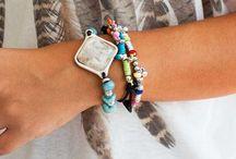 Conjunto de Pulsera y collar / Bonito conjunto de pulseras elaboradas de resinas, cuero y zamak
