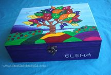 CAJA - ÁRBOLES. / Paula le ha regalado a su profesora del instituto una caja joyero decorada con el árbol de la vida. Quería agradecerle tantas cosas que su madre pensó que un joyero personalizado era una gran idea. Hablamos del dibujo y los acabados, Paula escribió su dedicatoria y el día que se la entrego fue muy emocionante, a su profesora le encantó el detalle. Gracias Rosa por confiar en mi trabajo.
