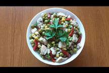 Mexican chicken salad. Salată mexicană cu pui. Мексиканский салат с куриным мясом. / Ingredients: chicken breast-400g, peas-225g, sweet corn-140g, 1 pepper, green onion, basilic, salt, peperocino and olive oil. Ingrediente: piept de pui-400g, mazăre boabe verde-225g, porumb dulce-140g, 1 ardei, ceapă verde, busuioc, sare, piper și ulei de măsline. Ингредиенты: куриная грудка-400г, зелёный горошек-225г, сладкая кукуруза-140г, один перец, зелёный лук, базилик, соль, перец чёрный, масло оливковое.