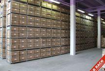 regały / Modułowe systemy regałowe z wieloma rozmiarami i konfiguracjami oraz wykonane z różnych materiałów na przykład regały metalowe, regały archiwalne czy regały sklepowe.