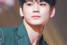 ong seongwoo / face and jawline sculpted by the Greek gods