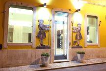 TURIM SUISSO ATLÂNTICO HOTEL / Este antiquíssimo hotel situado paredes-meias com o Elevador da Glória, foi alvo de uma remodelação total, quando adquirido pelo Grupo Turim em 2010. Resultou um edifício muito bonito, que manteve no exterior a traça antiga, mas com um interior moderno e arrojado.   100 quartos com decoração moderna, de onde se pode avistar nos mais cimeiros, o Castelo de S. Jorge.   No Restaurante Taberna da Glória o ambiente e a comida são excelentes. Um espaço muito charmoso onde apetece estar.