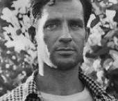 "JACK KEROUAC / O Τζακ Κέρουακ (Jean-Louis Lebris de Kerouac ή Jack Kerouac, όπως έγινε αργότερα γνωστός) γεννήθηκε στο Λόουελλ της Μασσαχουσέττης στις 12 Μαρτίου του 1922, γιος του Λέο-Αλσίντ Κέρουακ ή Κερουάκ και της Γκαμπριέλ-Ανζ Λεβέκ. Σε πολύ νεαρή ηλικία, βίωσε το θάνατο του αδελφού του Τζέραρντ, γεγονός που επηρέασε βαθιά τον Κέρουακ, αποτελώντας επιπλέον την αφορμή για την μετέπειτα έκδοση του μυθιστορήματος ""Visions of Gerard""."