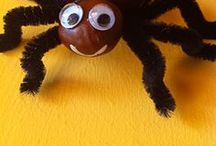 Knutselen met kastanjes / Met de kastanjes kun je leuke dingen knutselen! Denk bijvoorbeeld aan een spinnenweb met een kastanje in het midden, diertjes of poppetjes gemaakt van kastanjes of kastanje slingers. Gaatjes kun je maken met een handboor en je maakt de kastanjes aan elkaar met saté-prikkers of touw.