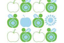 Kivaa keittiöön / KivaKaverin Omppu-keittiöpyyhe, tiskiliina sekä Sinin astianpesuharja. Raikasta omenaa keittiöön. Kerää rahaa KivaKaverin Omppu-tuotteilla!