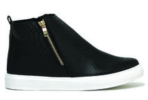 Stacy 29.00€ απο 34€ / Mποτάκια με λευκή σόλα για ξεχωριστές εμφανίσεις! No: 36-41, Φόρμα:Κανονική, Χρώματα: Μαύρο-Μπλέ #boot #sneaker #urbanstyle #excelshoes