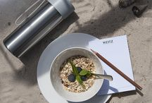 Urlaubsfeeling / Urlaubsfeeling mit Porzellan, Deko, Besteck und Eis zum selber machen mit der Eismaschine. Sommer auf dem Balkon. Ein ausgiebiges Frühstück. Brunch. Alles, was das Leben schöner macht.