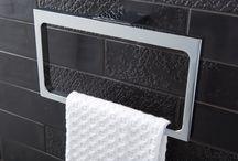 DesignLook badkamer / De onverwachte combinatie van speelse tegels binnen een strak en modern kader werkt erg mooi. Zo zorgen de vierkante wastafelkranen en het grijze hoogglans badmeubel voor een eigentijdse look, terwijl de zwarte tegels met hun bijzondere patroon en de handgevormde witte tegels pure sfeer creëren. Het verdekt opgestelde toilet geeft u veel privacy en de spiegelkast biedt extra opbergruimte. En zo is alles even doordacht.