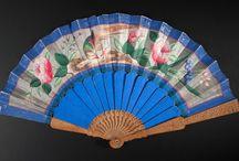 Wachlarze / Wachlarz odgrywał znaczącą rolę w chińskiej kulturze. Używany od czasów starożytnych zarówno przez mężczyzn jak i kobiety, występował w wielu odmianach, w zależności od funkcji jaką spełniał, kształtu i charakteru dekoracji.