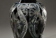 RENE LALIQUE / René Lalique compte parmi les plus importants créateurs du mouvement Art nouveau. Vases, flacons, pendulettes et luminaires ( lustres et appliques)  sont les témoins de la créativité de l'artiste.
