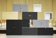 Hyllan Tetris by Front Design / Förvaringssystem med moduler i två storlekar och varierande djup. Bygg din egen hylla utefter dina egna önskemål. Genom att kombinera färger, träslag, ljudisolerande filtmaterial, ben och knoppar blir variationen i stort sett oändlig.