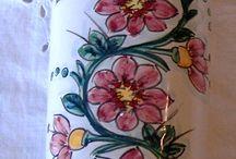 umidificatore per termosifoni.Dipinto a mano.Fiori rosa su fondo bianco.Maiolica