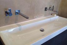 Microcement, naadloze betonafwerking in badkamers. / Naadloze ruimtes met Microcement. Microcement kan naadloos worden aangebracht. Of het nou een vloer is om op te wonen, de keukenvloer of uw badkamer! Klassiek, modern of een landelijk interieur. Met Microcement is alles mogelijk!