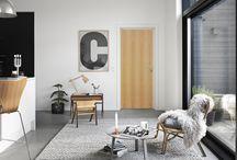 Innerdorrar / Innerdörrar är en viktig del av husets stil och stämning. När du väljer nya dörrar bör du naturligtvis välja en design som passar till ditt hem. Våra dörrar kan dock så mycket mer än att bara stänga ett hål i väggen. Swedoors stora sortiment ger nästan oändliga möjligheter för att kombinera färger och former med olika ytor, fyllningar, glas och karmlösningar. Du kan få dörrar med ljuddämpande egenskaper, skjutdörrslösningar och ett stort antal olika spännande pardörrar.