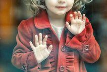 petite fille devant vitrine noël