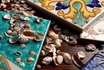 Vietri Antico mare / I tre grandi suoni elementari in natura sono il rumore della pioggia, il rumore del vento in un bosco selvaggio e il suono del mare che si frange su una spiaggia. Li ho sentiti, e delle tre voci elementari, quella del mare è la più incredibile, bella e varia. (Henry Beston)