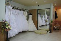 Rövid menyasszonyi ruhák / Ha rövid esküvői ruhára vágysz válogass kedvedre rövid menyasszonyi ruha kínálatunkból, legyen szó csipke, szatén vagy tüll, fehér, krém vagy színes mini ruhákról. Ne feledd, az itt látható kínálat csak egy kis ízelítő szalonunk csipke esküvői ruhái közül, érdemes személyesen is körbenézned nálunk, vagy honlapunkon: eternityszalon.hu