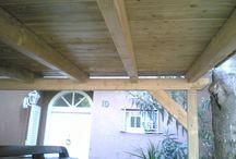 Colocación de tarima en piscina y pérgola de madera natural en una casa particular