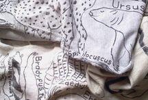 OMA / independent brand ペインター松田水緒が、身の回りにあるものに直接おぼえ描きする手法で制作した、衣類の作品を中心に展開している