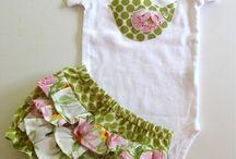 conjunto de bebê e meninas