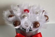 Martisor /  Aranjament realizat intr-un vas rotund de ceramica de culoare argintie, contine 15 flori din praline de ciocolata de la ciocolaterie, petale din organza si funda décor. Se livreaza in punga cadou din hartie.