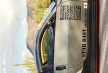Nissan 350z mov si pe portiera o fata cu un urs panda