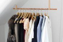Kleider und Schrank