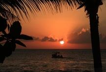 Cozumel / Cuentan las leyendas Mayas que la diosa Ixchel del amor y fertilidad habitaba en las islas de toda la costa de la región de Yucatán. Los antiguos le erigían templos donde le hacían ofrendas después de una peregrinación hasta las orillas de las islas. La diosa, agradecida por la atención, veneración y ofrendas, decidió enviar a una de estas islas su ave favorita: la golondrina, como símbolo de gratitud. Y así llega al presente el nombre de uno de los lugares más lindos del mundo: Cozumel.