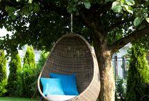 UOVO zahradní houpačka z umělého ratanu / Závěsné houpací křeslo UOVO s čalouněním a polštářem z oblého umělého ratanu je ideální k oddechu na zahradě, terase i v interiéru. Můžete jej ponechat na konstrukci, nebo jej upevnit do stropu.  Nosnost křesla do l5O kg. Lze koupit i bez stojanu.