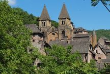 Conques / Conques, célèbre pour son abbatiale regroupant le tympan du Jugement dernier et la statue Sainte Foy, est une étape majeure sur le chemin de Saint-Jacques-de-Compostelle.