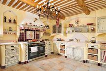 Cuisines Provençales / Adeptes de la tradition, retrouvez dans nos conceptions le charme des cuisines d'antan. Des cuisines authentiques et familiales où le savoir-faire du menuisier se retrouve dans les moulures des portes. Vous apprécierez les patines qui subliment le veinage naturel du chêne. La pierre et le granit compléteront l'élégance de votre projet.