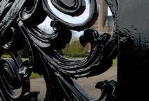 Vredespaleis Den Haag / Een van de bekendste gebouwen van Nederland het Vredespaleis in Den Haag.   Met een Europees Erfgoedlabel is dit gebouw een belangrijk monument voor de Nederlandse cultuur.  Het Vredespaleis is onderandere te herkennen door de mooie gesmede poort die Van der Vegt heeft mogen restaureren, alle details tot in de puntjes uitgewerkt dat is echt traditioneel vakmanschap!