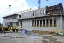 Budynek Sądu Rejonowego w Nowym Sączu / W Nowy Sączu powstaje budynek Sądu Rejonowego. Obiekt będzie posiadał 5500 m2 powierzchni użytkowej. Budowa jest pierwszą w Polsce realizacją w formule partnerstwa publiczno-prywatnego (PPP), gdzie Partnerem Publicznym jest jednostka organizacyjna Skarbu Państwa. Natomiast ULMA Construccion Polska S.A. jest dostawcą deskowań na tę budowę. Budowa jest przykładem realizacji, na której deskowania ścian zewnętrznych nie są wypierane na podestach roboczych.