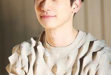Han Sanghyuk ❤ / Nome Artístico:Hyuk Nome Verdadeiro:Han SangHyuk Posição:Dançarino Líder,Vocalista de Apoio e Maknae Nascido em:5 de julho de 1995 Idade:22 anos Signo:Câncer Tipo Sanguíneo:O