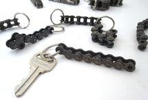 БРЕЛКИ см сувениры, ключи