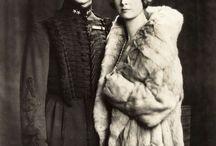 Casa_Bernadotte / Esta casa real fue fundada por Jean Baptiste Jules Bernadotte, mariscal de Napoleón, escogido como sucesor del rey Carlos XIII quien fuera el último de la dinastía Holstein-Gottorp, que murió sin descendencia. El mariscal francés fue coronado en 1818 como Carlos XIV de Suecia y Carlos III de Noruega (Carlos III Juan). La Casa Real de Bernadotte es la actual casa real de Suecia, en la que ha reinado desde 1818. Entre 1818 y 1905 fue también la casa real de Noruega.
