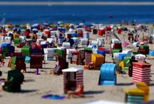 Urlaub an der Nordsee / Lange Sandstrände, Ebbe und Flut, eine steife Brise, kreischende Möwen, Windräder, Watt und Fischbrötchen gehören zu einem schönen Urlaub an der Nordsee dazu.