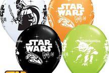 Balony z helem / Balony to nieodłączny element imprezy. A najwięcej radości sprawiają balony wypełnione helem, które unoszą się w powietrzu i są nie tylko dekoracją urodzinową, ale także gadżetem, który można wykorzystać do zabaw dla gości. Bukiety balonowe z helem mogą być bardzo oryginalną niespodzianką, którą wysłać można do bliskiej osoby z okazji urodzin, rocznicy lub każdej innej okazji.